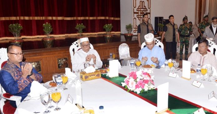 রাষ্ট্রপতি মোঃ আবদুল হামিদ বুধবার ঢাকায় বঙ্গভবনে আয়োজিত ইফতার মাহফিলে মোনাজাতে অংশগ্রহণ করেন-এবিনিউজ