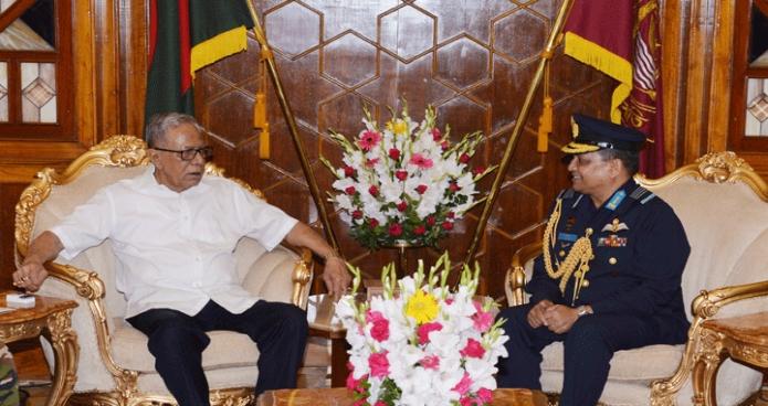 রাষ্ট্রপতি মোঃ আবদুল হামিদের সাথে বৃহস্পতিবার বঙ্গভবনে নবনিযুক্ত বিমান বাহিনীর প্রধান এয়ার মার্শাল মাসিহুজ্জামান সেরনিয়াবাত সাক্ষাৎ করেন-এবিনিউজ