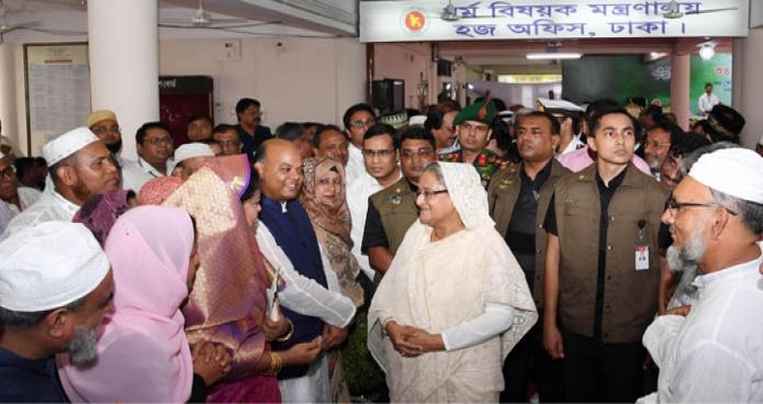 প্রধানমন্ত্রী শেখ হাসিনা বুধবার ঢাকায় আশকোনা হজক্যাম্পে 'হজ কার্যক্রম-২০১৮' এর উদ্বোধন শেষে হজযাত্রীদের সাথে শুভেচ্ছা বিনিময় করেন-এবিনিউজ