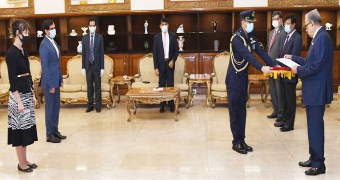 বুধবার রাষ্ট্রপতি মোঃ আবদুল হামিদের কাছে বঙ্গভবনে সুইডেনের রাষ্ট্রদূত 'Alexandra BERG VON LINDE' পরিচয়পত্র পেশ করেন -পিআইডি