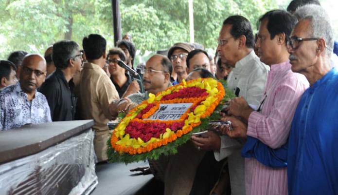 বৃহস্পতিবার ঢাকায় তথ্যমন্ত্রী হাসানুল হক ইনু কেন্দ্রীয় শহীদ মিনারে প্রয়াত বরেণ্য সাংবাদিক গোলাম সারওয়ারের কফিনে শ্রদ্ধা নিবেদন করেন-এবিনিউজ