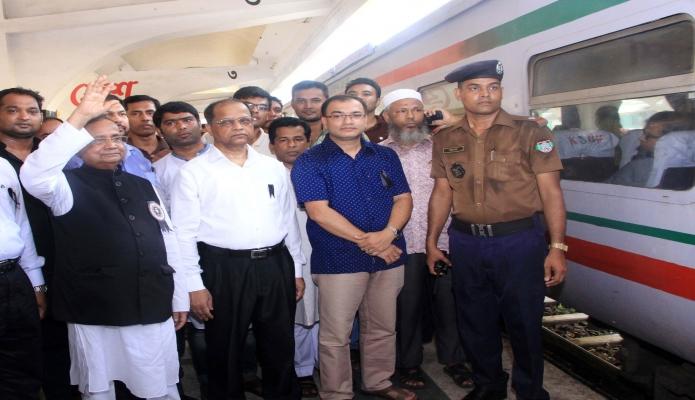 শুক্রবার রেলপথমন্ত্রী মোঃ মুজিবুল হক কমলাপুর রেলওেয় স্টেশনে যাত্রীদের সাথে শুভেচ্ছা বিনিময় করেন-এবিনিউজ