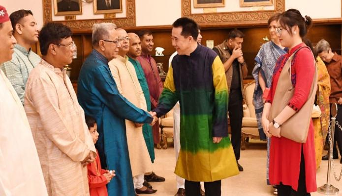 বুধবার ঢাকায় রাষ্ট্রপতি মোঃ আবদুল হামদি বঙ্গভবনে পবত্রি ঈদুল আযহা উপলক্ষে কূটনীতকিদরে সাথে ঈদরে শুভচ্ছো বনিমিয় করনে-এবনিউিজ
