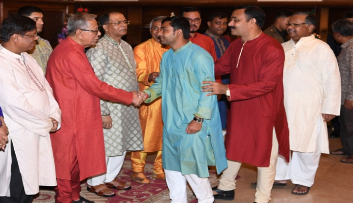 রবিবার ঢাকায় রাষ্ট্রপতি মোঃ আবদুল হামিদ বঙ্গভবনে শ্রীকৃষ্ণের শুভ জন্মাষ্টমী উপলক্ষে হিন্দু র্ধমাবলম্বীদের সাথে শুভেচ্ছা বিনিময় করেন-এবিনিউজ