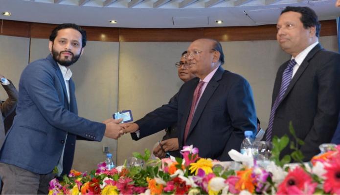 সোমবার ঢাকায় বাণিজ্য মন্ত্রী তোফায়েল আহমেদ রেডিসন ব্লু হোটেলে সিআইপি (রপ্তানি) এবং সিআইপি  (ট্রড)-২০১৫ এর কার্ড প্রদান করেন-এবিনিউজ
