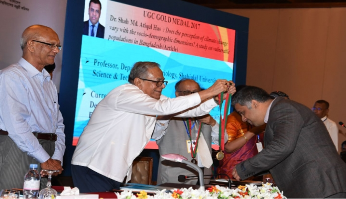 মঙ্গলবার ঢাকায় রাষ্ট্রপতি মোঃ আবদুল হামিদ সোনারগাঁও হোটেলে ইউজিসি স্বর্ণপদক ২০১৬ ও ২০১৭ প্রদান অনুষ্ঠানে পদকপ্রাপ্তদের পদক প্রদান করেন-এবিনিউজ