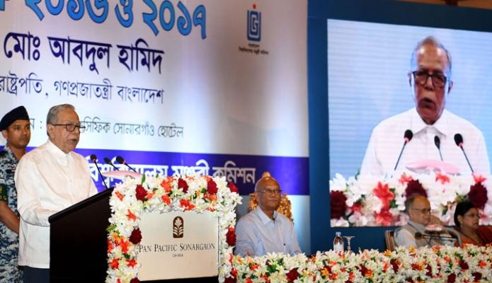 মঙ্গলবার ঢাকায় রাষ্ট্রপতি মোঃ আবদুল হামিদ সোনারগাঁও হোটেলে ইউজিসি স্বর্ণপদক ২০১৬ ও ২০১৭ প্রদান অনুষ্ঠানে ভাষন দেন-এবিনিউজ