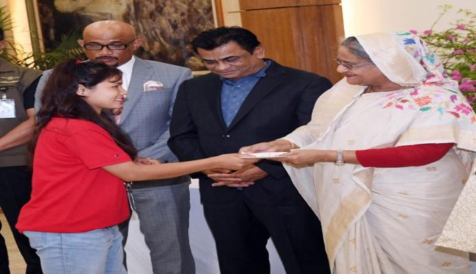 বৃহস্পতিবার ঢাকায় প্রধানমন্ত্রী শেখ হাসিনা গণভবনে অনূধর্ব-১৬ মহিলা জাতীয় ফুটবল দলের প্রত্যেক খেলোয়াড়কে পুরস্কৃত করেন-এবিনিউজ