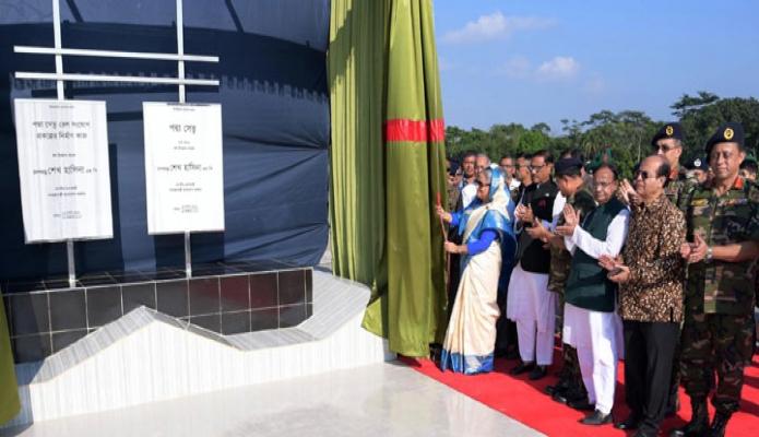 রবিবার প্রধানমন্ত্রী শেখ হাসিনা শরীয়তপুরের জাজিরা প্রান্তে পদ্মা সেতুর নামফলক উন্মোচন এবং পদ্মা সেতুর রেল সংযোগ প্রকল্পের নির্মাণ কাজের উদ্বোধন করেন-এবিনিউজ