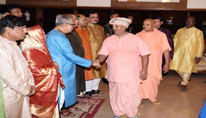 শুক্রবার ঢাকায় রাষ্ট্রপতি মোঃ আবদুল হামিদ বঙ্গভবনে দুর্র্গাপূজা উপলক্ষে হিন্দু ধর্মাবলম্বীদের সাথে শুভেচ্ছা বিনিময় করেন-এবিনিউজ