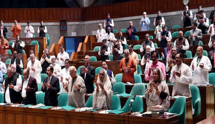রবিবার প্রধানমন্ত্রী শেখ হাসিনা বাংলাদেশ জাতীয় সংসদে বিগত অধিবেশনের পর বিশিষ্ট ব্যক্তিবর্গের মৃত্যুতে ২৩তম অধিবেশনে শোক প্রস্তাবে মোনাজাতে অংশগ্রহণ করেন-এবিনিউজ