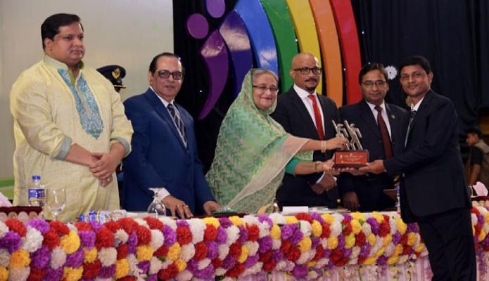 বৃহস্পতিবার ঢাকায় প্রধানমন্ত্রী শেখ হাসিনা বঙ্গবন্ধু আন্তর্জাতিক সম্মেলন কেন্দ্রে জাতীয় যুব দিবসের অনুষ্ঠানে যুব পুরস্কার প্রদান করেন-এবিনিউজ