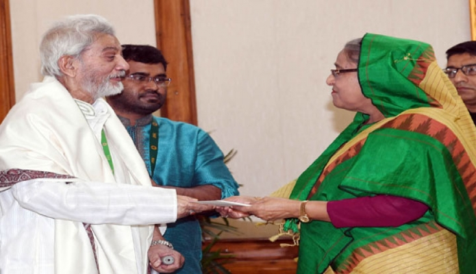 বৃহস্পতিবার ঢাকায় প্রধানমন্ত্রী শেখ হাসিনা গণভবনে চলচ্চিত্র অভিনেতা প্রবীর মিত্রকে আর্থিক অনুদান প্রদান করেন-এবিনিউজ