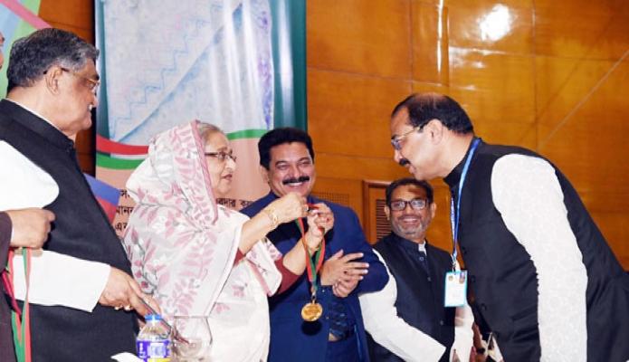 রবিবার ঢাকায় প্রধানমন্ত্রী শেখ হাসিনা বঙ্গবন্ধু আন্তর্জাতিক সম্মেলন কেন্দ্রে ৪৭তম জাতীয় সমবায় দিবস ২০১৮ উদযাপন এবং ১০টি ক্যাটাগরিতে সমবায়ের ক্ষেত্রে গুরুত্বপূর্ণ অবদান রাখায় ২০টি প্রতিষ্ঠান ও ব্যক্তিদের ২০১৬ ও ২০১৭ পদক প্রদান করেন-এবিনিউজ