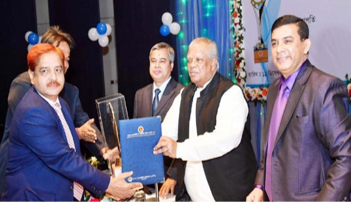 মঙ্গলবার ঢাকায় শিল্পমন্ত্রী আমির হোসেন আমু বিয়াম ফাউন্ডেশন মিলনায়তনে বিভিন্ন শিল্প প্রতিষ্ঠানকে ন্যাশনাল প্রোডাক্টিভিট অ্যান্ড কোয়ালিটি এক্সিলেন্স অ্যাওয়ার্ড-২০১৭ প্রদান করেন-পিআইডি