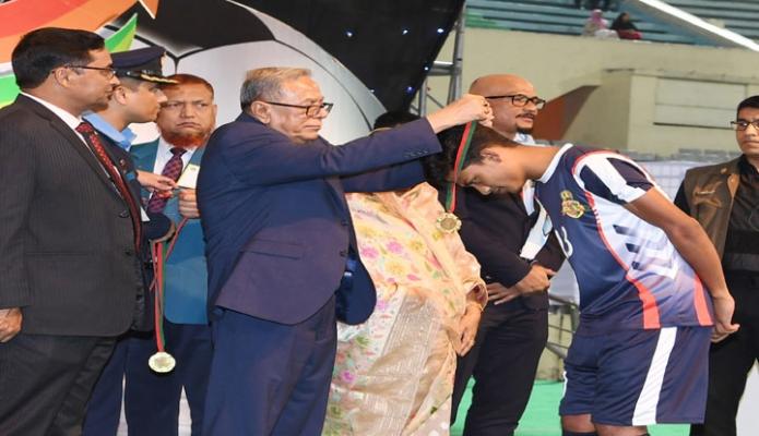 রবিবার রাষ্ট্রপতি মোঃ আবদুল হামিদ ঢাকায় বঙ্গবন্ধু জাতীয় স্টেডিয়ামে 'জাতির পিতা বঙ্গবন্ধু শেখ মুজিবুর রহমান জাতীয় গোল্ডকাপ ফুটবল টুর্নামেন্ট (অনূধর্ব-১৭) ২০১৮ এর ফাইনাল খেলায় খেলোয়াড়দের পুরস্কার প্রদান করেন -পিআইডি