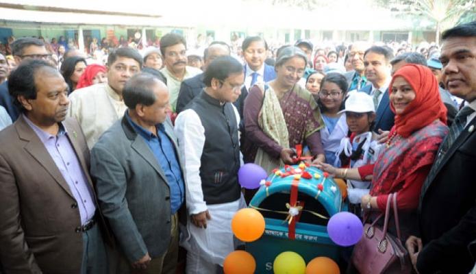 বৃহস্পতিবার শিক্ষামন্ত্রী ডা. দীপু মনি ঢাকায় অগ্রণী স্কুল এন্ড কলেজে 'শিক্ষা প্রতিষ্ঠানে সাপ্তাহিক পরিচ্ছন্নতা কার্যক্রমের উদ্বোধন করেন -পিআইডি