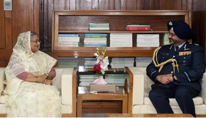 সোমবার প্রধানমন্ত্রী শেখ হাসিনার সাথে ঢাকায় তাঁর সংসদ ভবনের কার্যালয়ে ভারতীয় বিমান বাহিনী প্রধান এয়ার চফি র্মাশাল বীরেন্দর সিং ধানোয়া  সাক্ষাৎ করেন -পিআইডি