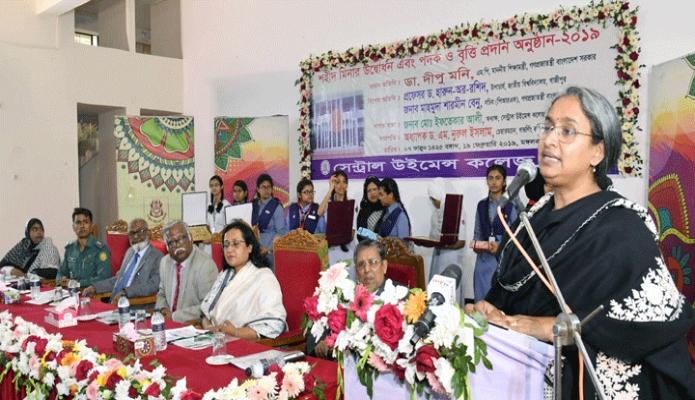 মঙ্গলবার শিক্ষাামন্ত্রী ডা. দীপু মনি ঢাকায় সেন্ট্রাল উইমেন্স কলেজে শহীদ মিনার উদ্বোধন এবং পদক ও বৃত্তি প্রদান অনুষ্ঠানে বক্তৃতা করেন -পিআইডি