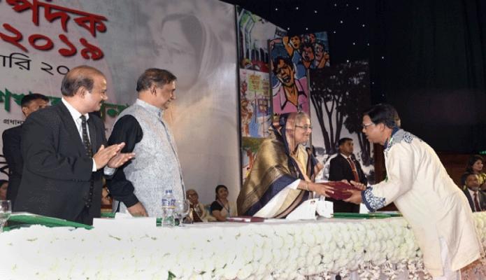বুধবার ঢাকায় প্রধানমন্ত্রী শেখ হাসিনা বঙ্গবন্ধু আন্তর্জাতিক সম্মেলন কেন্দ্রে নিজ নিজ ক্ষেত্রে কৃতিত্বপূর্ণ অবদানের জন্য ২১ জন ব্যক্তিকে একুশে পদক ২০১৯ প্রদান করেন -পিআইডি