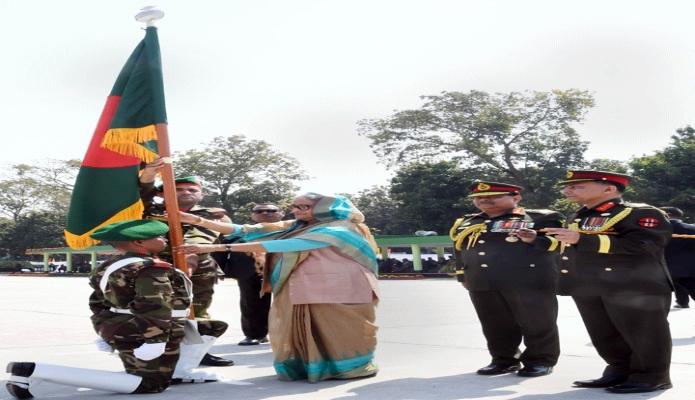 রবিবার প্রধানমন্ত্রী শেখ হাসিনা রাজশাহী সেনানিবাসে বাংলাদেশ সেনাবাহিনীর ৭ম, ৮ম, ৯ম, ১০ম রেজিমেন্টের সংশ্লিষ্ট ইউনিট কমান্ডারগণের নিকট জাতীয় পতাকা হস্তান্তর করেন -পিআইডি