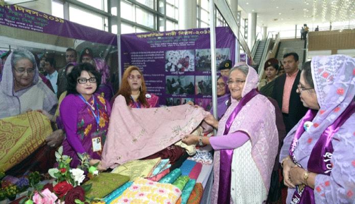শনিবার প্রধানমন্ত্রী শেখ হাসিনা ঢাকায় বঙ্গবন্ধু আন্তর্জাতিক সম্মেলন কেন্দ্রে  আন্তর্জাতিক নারী দিবস উপলক্ষে আয়োজিত অনুষ্ঠানে বিভিন্ন স্টল ঘুরে দেখেন -পিআইডি