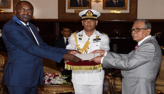 মঙ্গলবার রাষ্ট্রপতি মোঃ আবদুল হামিদের কাছে বঙ্গভবনে কঙ্গো প্রজাতন্ত্রের নবনিযুক্ত রাষ্ট্রদূত Andre Poh  পরিচয়পত্র  পেশ করেন -পিআইডি