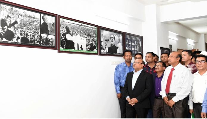 বৃহস্পতিবার এলজিআরডি মন্ত্রী মোঃ তাজুল ইসলাম ঢাকার আগারগাঁওয়ে সমবায় অধিদপ্তরের লাইব্রেরি সংলগ্ন বঙ্গবন্ধু কর্ণার ঘুরে দেখেন -পিআইডি