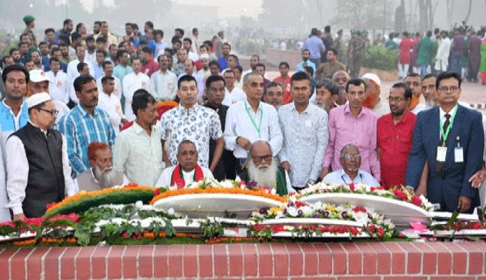 মঙ্গলবার যুদ্ধাহত মুক্তিযোদ্ধারা মহান স্বাধীনতা ও জাতীয় দিবসে সাভারে জাতীয় স্মৃতিসৌধে পুষ্পস্তবক অর্পণ করেন -পিআইডি