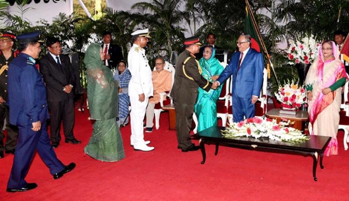 মঙ্গলবার রাষ্ট্রপতি মোঃ আবদুল হামিদ মহান স্বাধীনতা ও জাতীয় দিবসের সংবর্ধনা অনুষ্ঠানে বাংলাদেশ সেনা, নৌ ও বিমান বাহিনীর প্রধানের সাথে শুভেচ্ছা বিনিময় করেন -পিআইডি