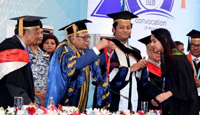 বৃহস্পতিবার রাষ্ট্রপতি মোঃ আবদুল হামিদ ঢাকায় ইন্ডিপেনডেন্ট বিশ্ববিদ্যালয়ের২০তম সমাবর্তন উপলক্ষে বিশ্ববিদ্যালয় ক্যাম্পাসে আয়োজিত অনুষ্ঠানে স্বর্ণপদক প্রাপ্ত শিক্ষার্থীদের স্বর্ণপদক প্রদান করেন -পিআইডি