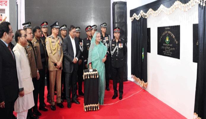 বৃহস্পতিবার প্রধানমন্ত্রী শেখ হাসিনা ঢাকার কুর্মিটোলায় র্যাব ফোর্সেস কমপ্লেক্সের ভিত্তিপ্রস্তর স্থাপন করেন -পিআইডি