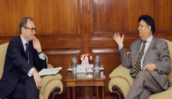 বৃহস্পতিবার পররাষ্ট্রমন্ত্রী ড. এ কে আব্দুল মোমেনের সাথে তাঁর অফিসকক্ষে ব্রিটিশ হাইকমিশনার Robert Chatterton Dickon সাক্ষাৎ করেন -পিআইডি