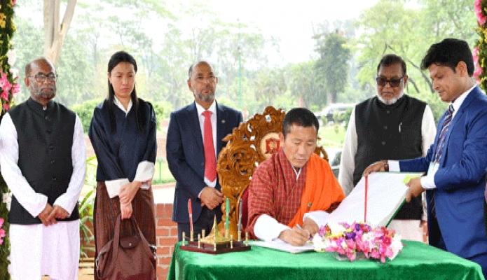 শুক্রবার ভূটানের প্রধানমন্ত্রী ডা. লোটে শেরিং সাভারে জাতীয় স্মৃতিসৌধে পরিদর্শন বইয়ে স্বাক্ষর করেন -পিআইডি