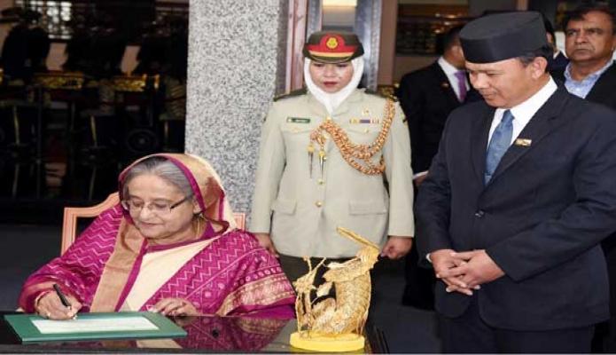মঙ্গলবার প্রধানমন্ত্রী শেখ হাসিনা ব্রুনাইয়ে জড়ুধষ Royal Regalia Museum পরিদর্শন বইয়ে স্বাক্ষর করেন- পিআইডি