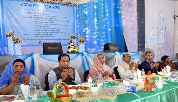 মঙ্গলবার শিক্ষামন্ত্রী ডা. দীপু মনি ঢাকায় আজিমপুরে ইডেন মহিলা কলেজ আয়োজিত ইফতার মাহফিলে মোনাজাতে অংশ নেন -পিআইডি