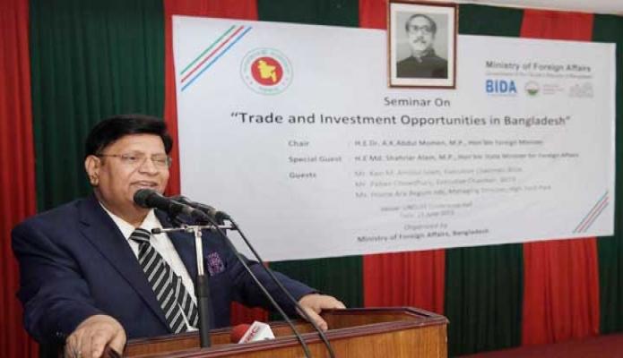 মঙ্গলবার পররাষ্টমন্ত্রী ড. এ কে আব্দুল মোমেন ঢাকায় `Trade and Investment Opportunities in Bangladesh' শীর্ষক সেমিনারে প্রধান অতিথির বক্তৃতা করেন -পিআইডি