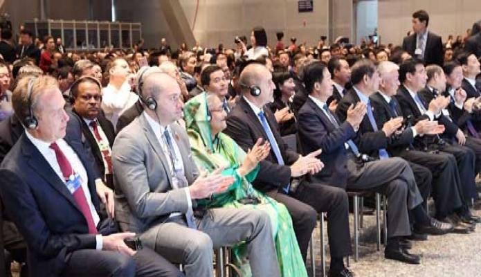মঙ্গলবার প্রধানমন্ত্রী শেখ হাসিনা চীনের দালিয়ান ইন্টারন্যাশনাল কনফারেন্স সেন্টারে Economic  Forum ( WEF ) Summer Davos এর উদ্বোধন অনুষ্ঠানে অংশগ্রহণ করেন -পিআইডি