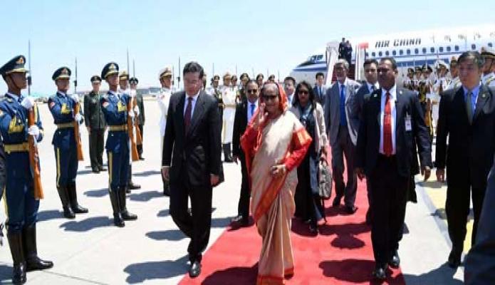 বুধবার প্রধানমন্ত্রী শেখ হাসিনা বেইজিং ক্যাপিটাল আন্তর্জাতিক বিমানবন্দরে পৌঁছলে তাঁকে Static Guard অভ্ অনার প্রদান করা হয় -পিআইডি