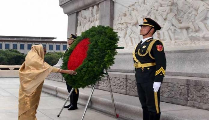 শুক্রবার প্রধানমন্ত্রী শেখ হাসিনা বেইজিং-এর– চীনের জাতীয় বীরদের স্মৃতিসৌধে পুষ্পস্তবক অর্পণ করেন -পিআইডি