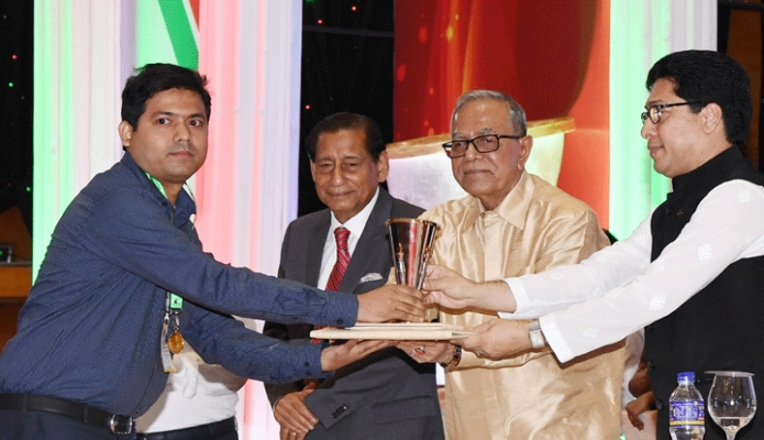 মঙ্গলবার রাষ্ট্রপতি মোঃ আবদুল হামিদ ঢাকায় বঙ্গবন্ধু আন্তজার্তিক সম্মেলন কেন্দ্রে 'জাতীয় জনপ্রশাসন দিবস উদযাপন এবং 'জনপ্রশাসন পদক ২০১৯' প্রদান করেন -পিআইডি