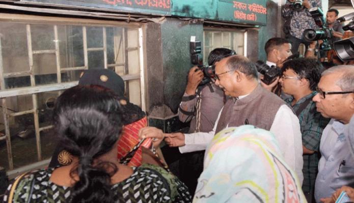 সোমবার রেলপথ মন্ত্রী মোঃ নূরুল ইসলাম সুজন ঢাকায় কমলাপুর রেলওয়ে স্টেশনে ঈদের টিকিট বিক্রি কার্যক্রম পরিদর্শন করেন -পিআইডি