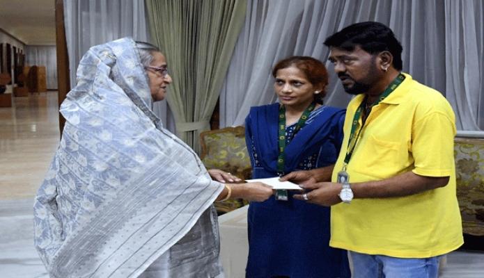 রবিবার প্রধানমন্ত্রী শেখ হাসিনা ঢাকায় গণভবনে বিশিষ্ট সংগীত শিল্পী এন্ড্র কিশোরকে অনুদানের চেক প্রদান করেন -পিআইডি