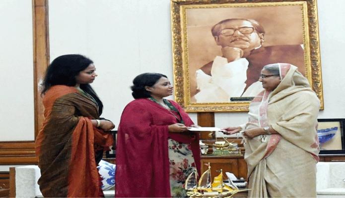 শনিবার প্রধানমন্ত্রী শেখ হাসিনা ঢাকায় গণভবনে ক্যান্সার চিকিৎসার ব্যয় নির্বাহের জন্য পলি সায়ন্তনীকে আর্থিক অনুদানের চেক প্রদান করেন -পিআইডি