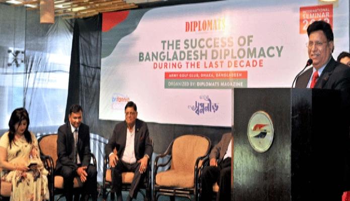 বুধবার পররাষ্ট্রমন্ত্রী ড. এ কে আব্দুল মোমেন ঢাকায় আর্মি গলফ ক্লাবে 'এক দশকে বাংলাদেশের কূটনৈতিক সফলতা' শীর্ষক অনুষ্ঠানে বক্তৃতা করেন -পিআইডি