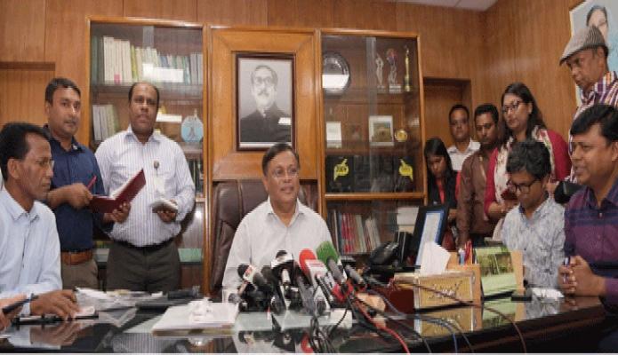 রবিবার তথ্যমন্ত্রী ড. হাছান মাহমুদ সচিবালয়ে তাঁর অফিস কক্ষে সমসাময়িক বিষয়ে সাংবাদিকদের সাথে মতবিনিময় করেন -পিআইডি