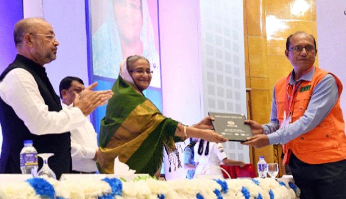 রবিবার প্রধানমন্তী শেখ হাসিনা বঙ্গবন্ধু আন্তর্জাতিক সম্মেলন কেন্দ্রে 'আন্তর্জাতিক দুর্যোগ প্রশমন দিবস-২০১৯' উপলক্ষে আয়োজিত অনুষ্ঠানে Cylone Prearedness Program  পুরস্কার বিতরণ করেন -পিআইডি