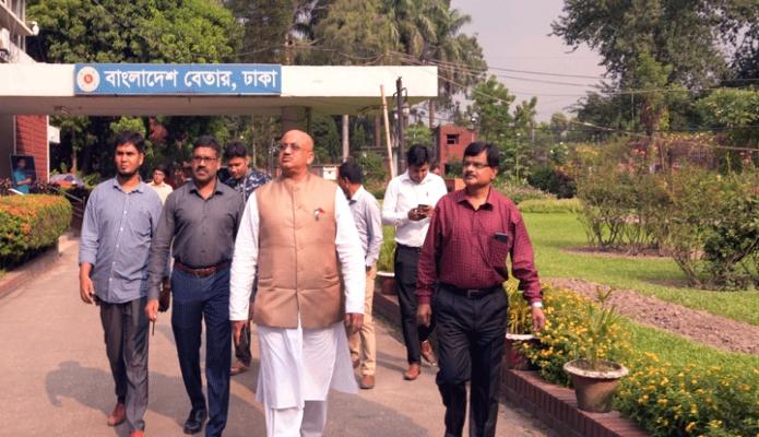 শনিবার তথ্য প্রতিমন্ত্রী ডা. মো: মুরাদ হাসান ঢাকায় বাংলাদেশ বেতার ভবন পরিদর্শন করেন -পিআইডি