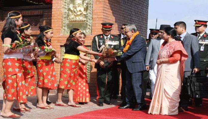 মঙ্গলবার রাষ্ট্রপতি মোঃ আবদুল হামিদ কাঠমান্ডু ত্রিভূবন আন্তর্জাতিক বিমানবন্দরে পৌঁছলে শিশুরা তাঁকে ফুলের তোড়া উপহার দেন -পিআইডি
