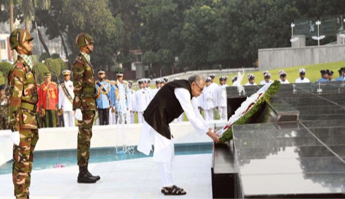 বৃহস্পতিবার রাষ্ট্রপতি মোঃ আবদুল হামিদ সশস্ত্রবাহিনী দিবস উপলক্ষে ঢাকা সেনানিবাসে শিখা অনির্কাণে পুস্পস্তবক অর্পণ করেন -পিআইডি